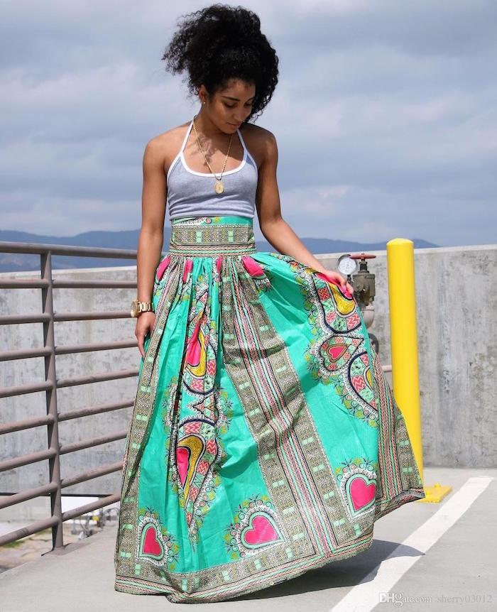 vetement en wax jupe longue motif imprimé vert et rose avec top gris debardeur