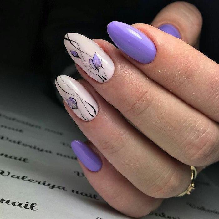 Modele ongle gel 2018 à la couleur violet, dessin fleur douce, modele ongle nail art, deco ongle facile blanc et violet
