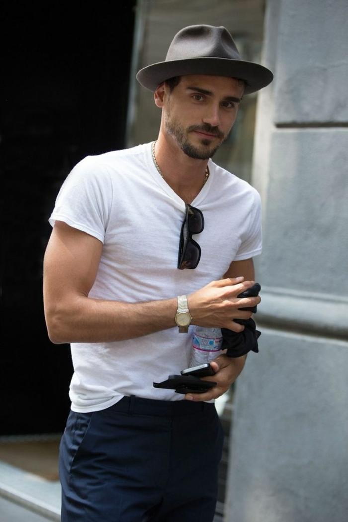 vetement retro homme moderne, canotier gris, blouse blanche, pantalon foncé, lunettes de soleil, montre
