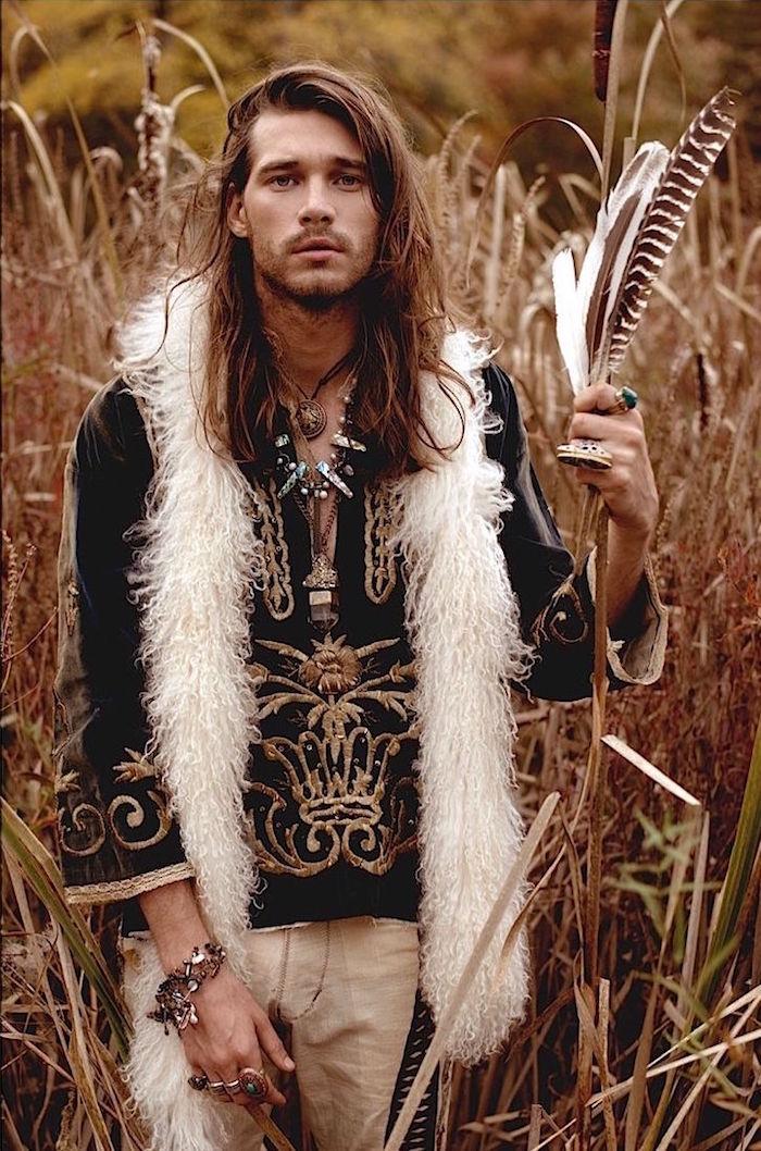 look boheme homme hippie chic avec veste echarpe et cheveux longs style retro