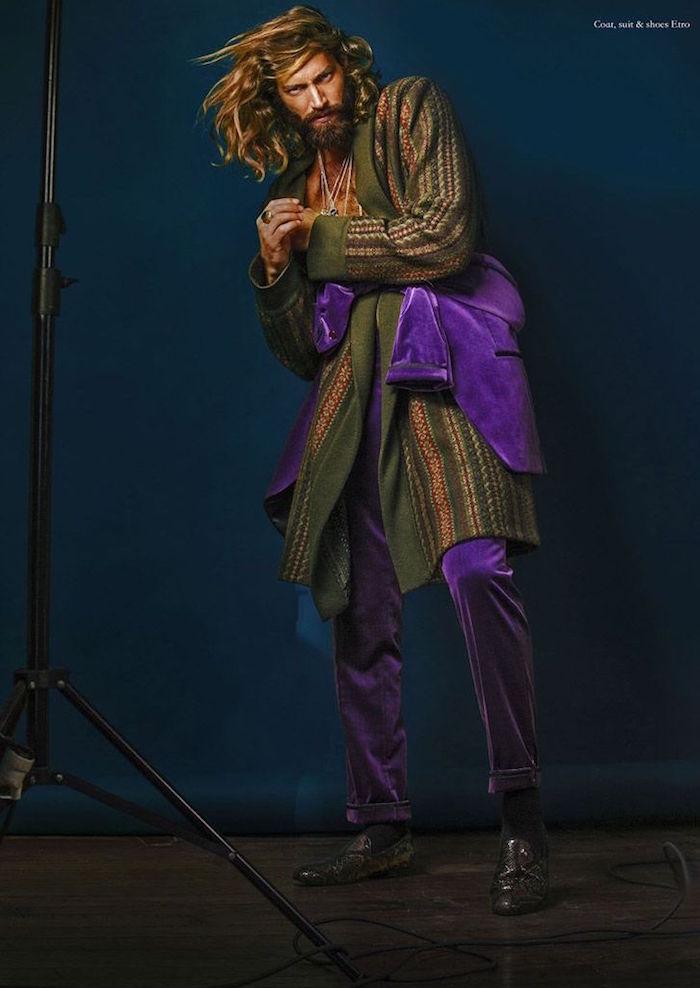 tenue boheme hippie retro pour homme blond cheveux longs avec costume en velours violet
