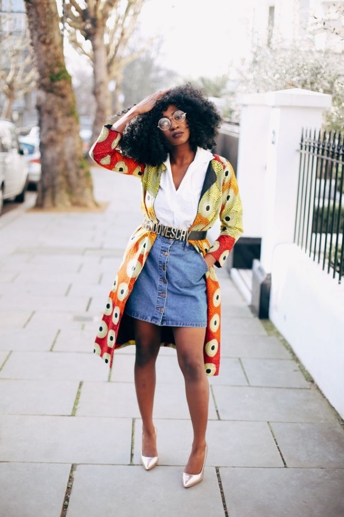 allure vintage chic en jupe en jean boutonnée devant et chemise blanche rentrée dedans, sublimée par une veste longue en tissu wax, portée avec une ceinture tendance