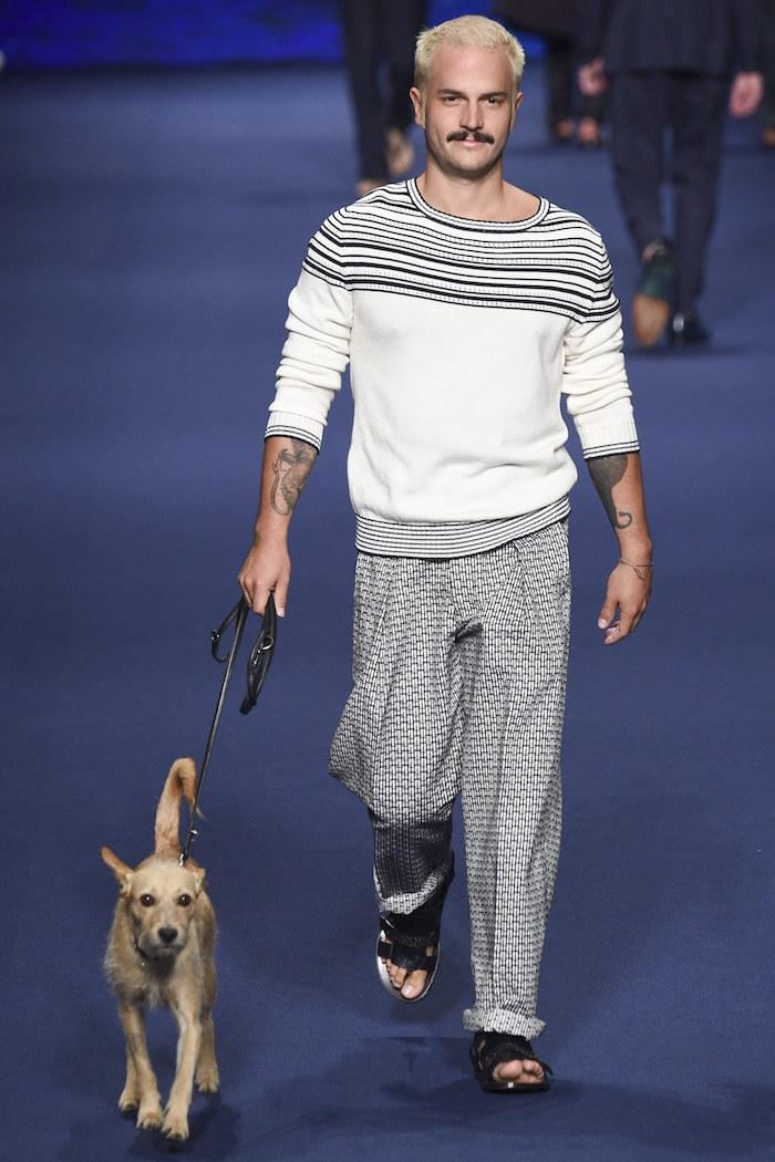 modele style de vetement chic décontracté homme blanc et gris pour sortie le chien