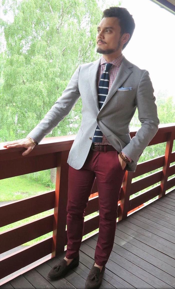 exemple costume dépareillé avec pantalon bordeaux et veste grise pour mariage relax