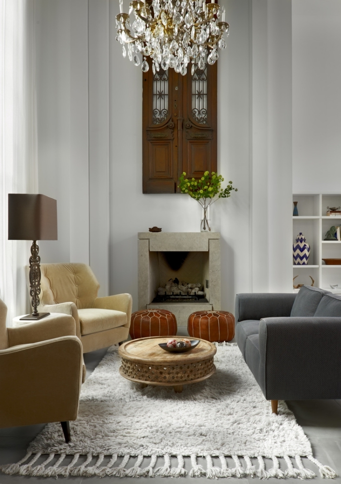 exemple comment aménager un petit salon en longueur, modèle de petite table basse en bois sur tapis blanc avec franges