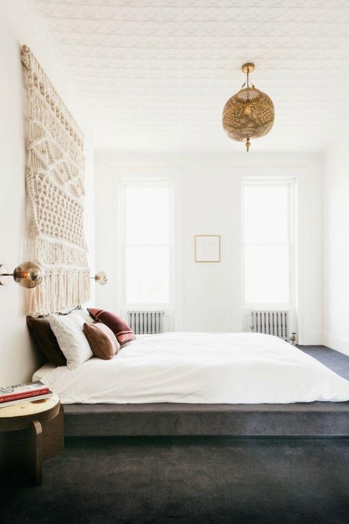 exemple de chambre adulte de style bohème avec peinture murale blanche et déco murale en diy macramé beige