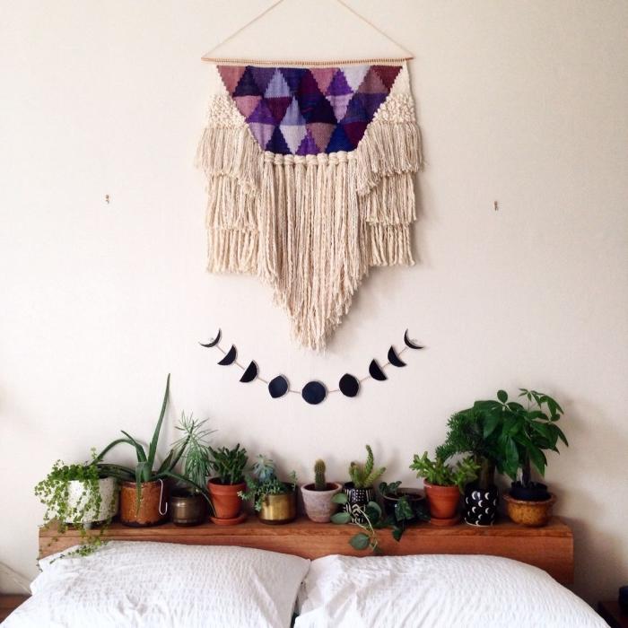 modèle de diy macramé beige avec décoration en violet et rose aux motifs triangulaires, déco tête de lit avec cactus et plantes vertes
