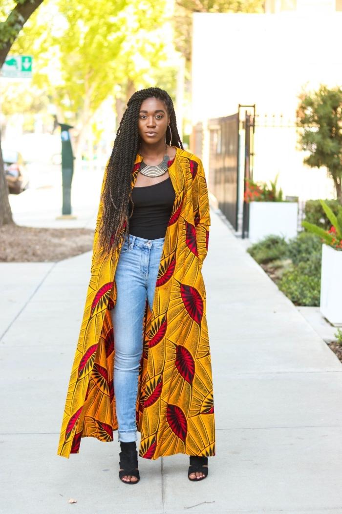 manteau long en tissu africain à motif feuilles sur fond jaune ocre qui fait réveiller le look en jean et en top noir