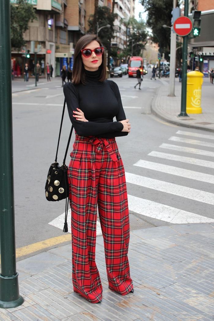 comment bien s'habiller en rouge et noir femme, modèle de pantalon palazzo aux motifs carreaux avec pull noir