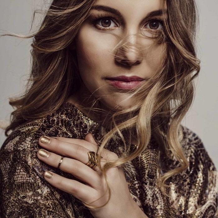 maquillage pour yeux noisettes avec rouge à lèvres rose et fards à paupières dorés, modèle de balayage cheveux brun