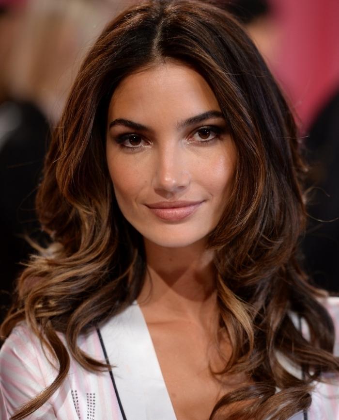 idée maquillage pour yeux marron avec fards à paupières effet smoky et lèvres nude, coiffure de cheveux bouclés