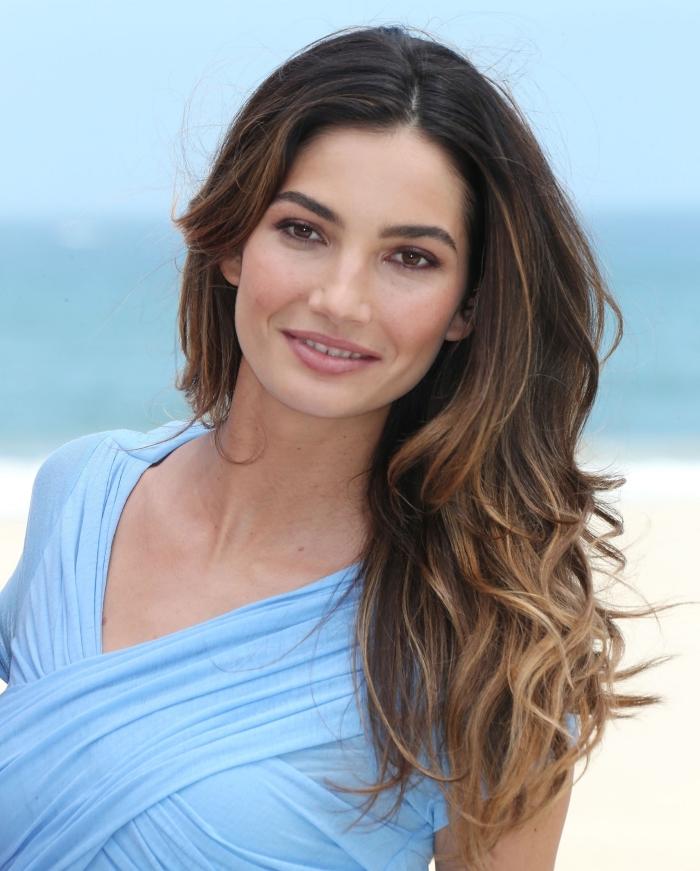 modèle de robe de plage de couleur bleu clair avec décolleté asymétrique et manches courtes, exemple balayage miel sur cheveux marron