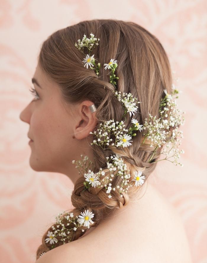 coiffure de mariée tresse sur le coté, décorée de petites fleurs blanches, tresse sophistiquée