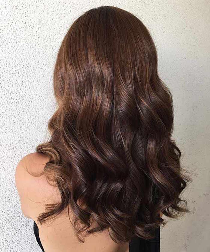 femme chatain cheveux marron noisette glacé longueur avec boucles