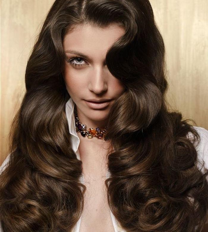 chevelure longue à grosses boucles style retro et couleur chatain glacé avec balayage