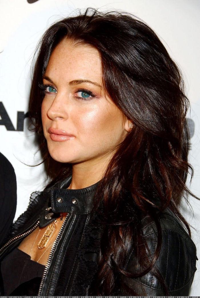 exemple femme brune glacé brun marron noisette aux yeux bleus