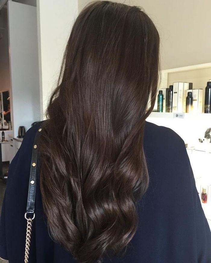 couleur de cheveux marron glacé foncé sur coiffure longue mi dos avec ondulations