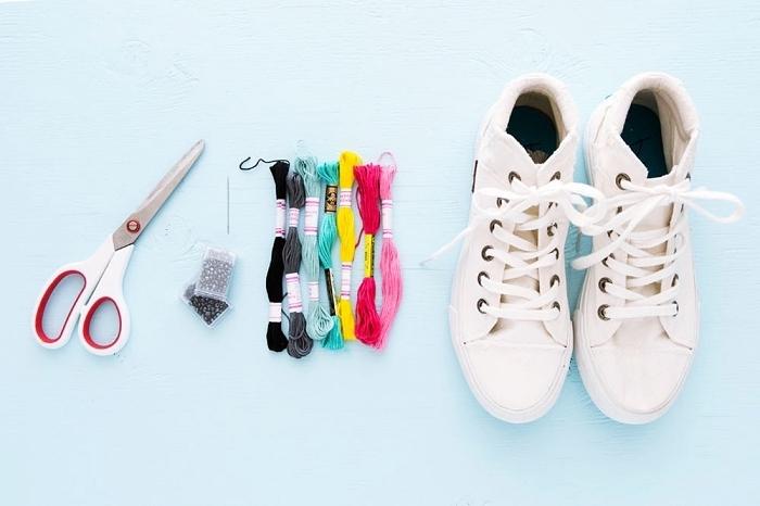 projet créatif pour ado, modèle de baskets blancs à personnalisés, décoration de chaussures à design broderie