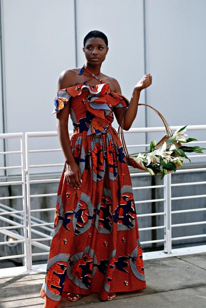 une robe africaine moderne de style bohème, aux épaules dénudées et bretelles croisées, qui met en valeur la silhouette féminine