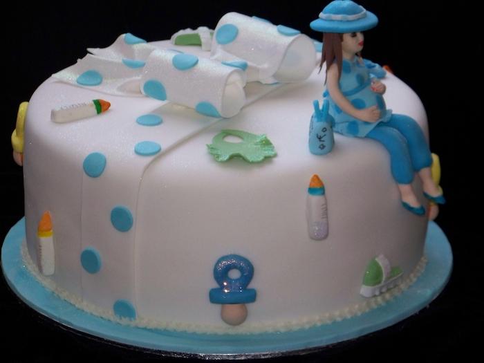 idée comment annoncer que c'est un garçon, gâteau bleu, mère enceinte