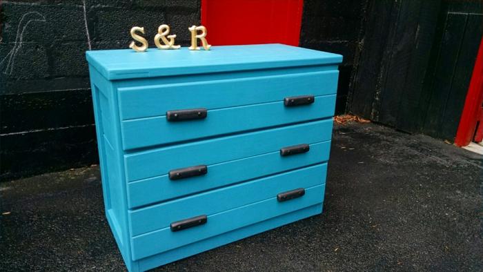 comment repeindre un meuble sans le poncer, un meuble en bois repeint en bleu roi, avec les lettres initiales des propriétaires de la maison