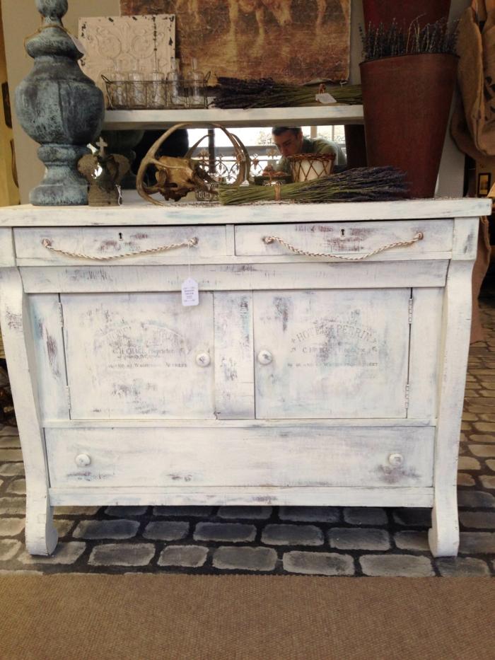 comment peindre un meuble en bois, effet d'usure, cuisine en style vintage, meuble relooké, moderniser meuble ancien, renover meuble bois
