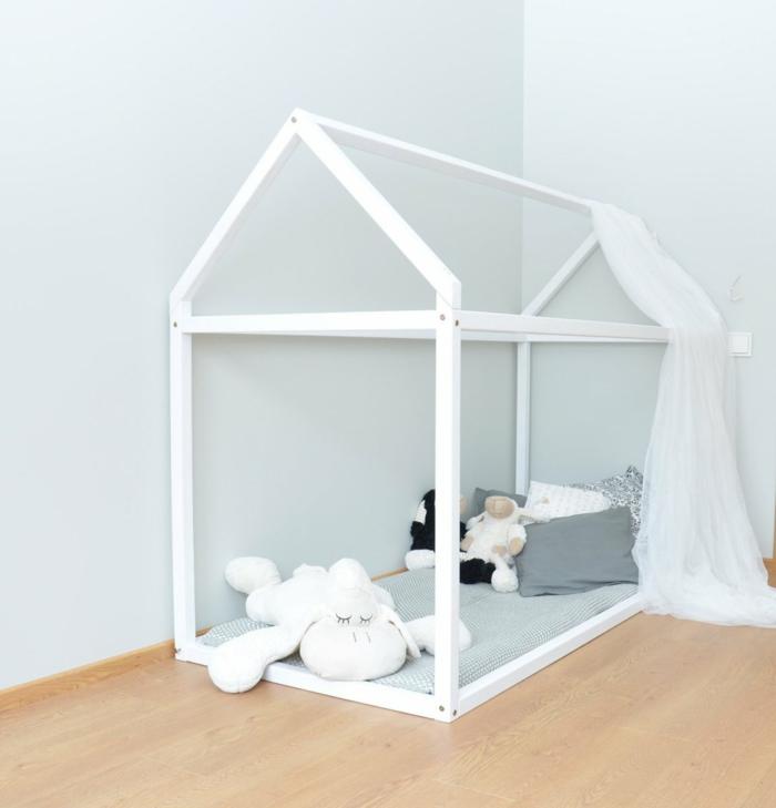 chambre montessori, lit cabane montessori en blanc, meuble d'angle enfant, murs en vert d'eau, parquet couleur beige
