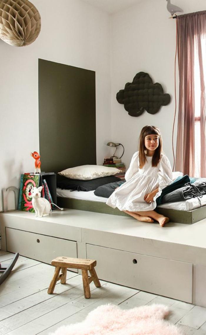 chambre montessori, meuble montessori, lit montessori sur plate-forme en bois coloré en vert réséda, panneau décoratif en forme de nuage en couleur gris anthracite au mur