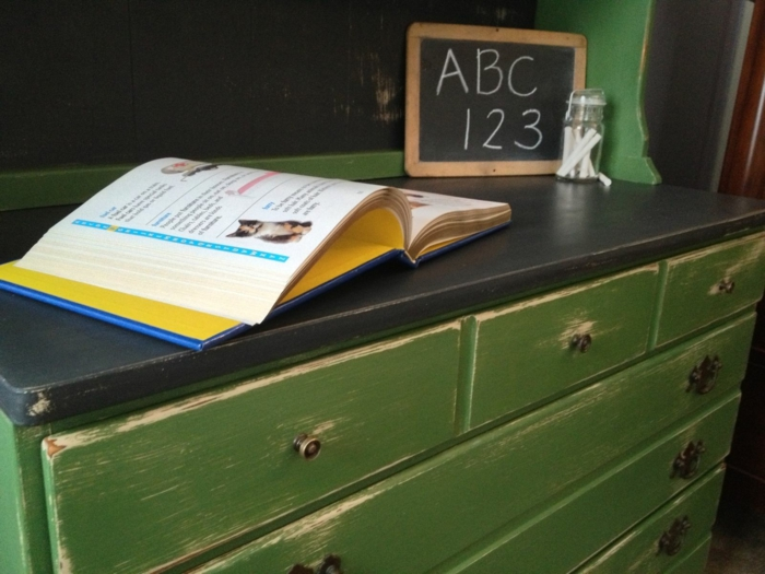 ambiance vintage dans une maison en style vieux, meuble en bois vert en noir, customiser un meuble en le peignant, tiroirs avec des effets de vieilli
