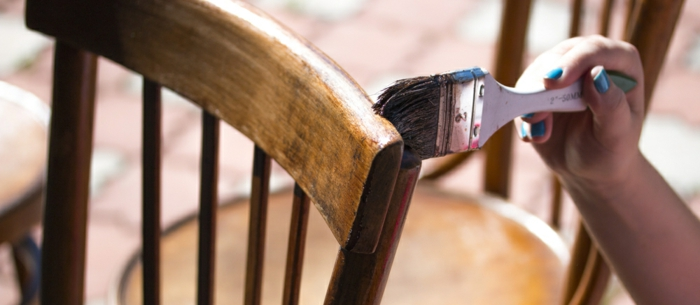 moderniser meuble ancien, repeindre une vieille chaise de bistrot en bois, chaise sans accoudoirs, meubles de salle a manger ou de salon