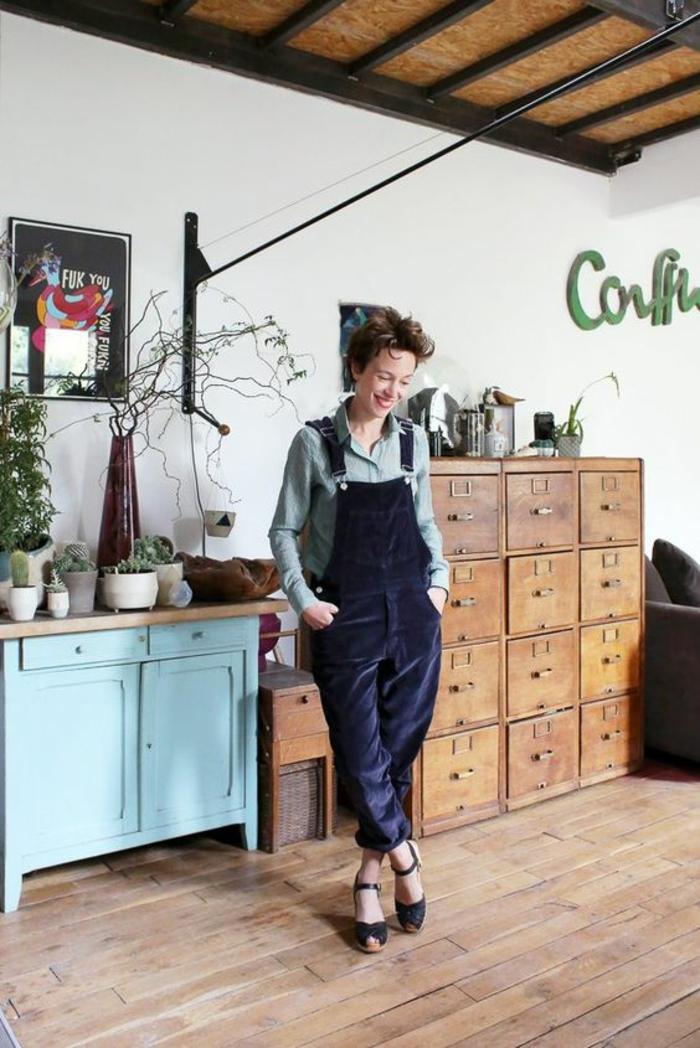 moderniser meuble ancien, meuble de cuisine repeint en bleu pastel, meubles de rangement en bois marron, faux plafond en bois PVC et métal noir