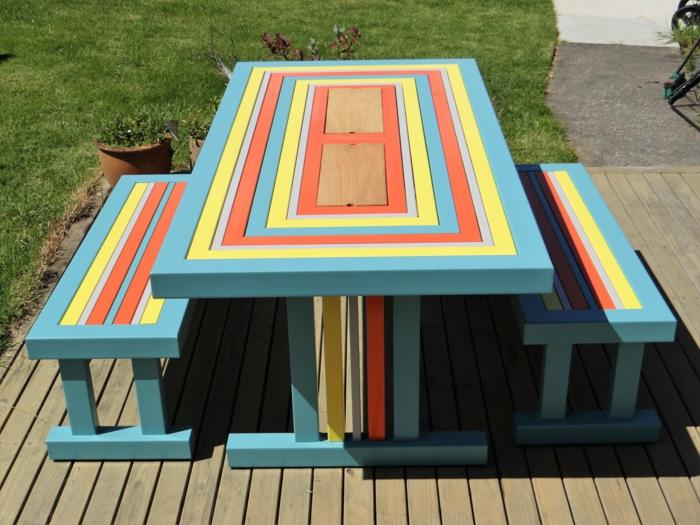moderniser meuble ancien, deux bancs et table en bleu pastel, jaune et orange, customiser un meuble en couleurs gaies, comment repeindre un meuble en bois