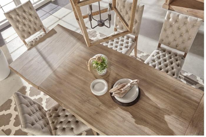 moderniser meuble ancien, customiser un meuble, grande table rectangulaire en bois clair avec six chaises tapissées au tissu blanc crème matelassé