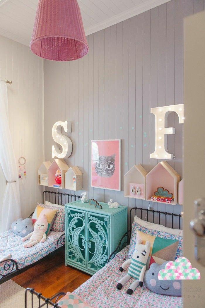 mur couvert de bois en couleur taupe, lettres initiales nom lumineuses, S et F, lit bébé sans barreau, luminaire en tissu plissé en couleur rose poudré, meuble vintage en vert réséda en style shabby chic, meuble montessori