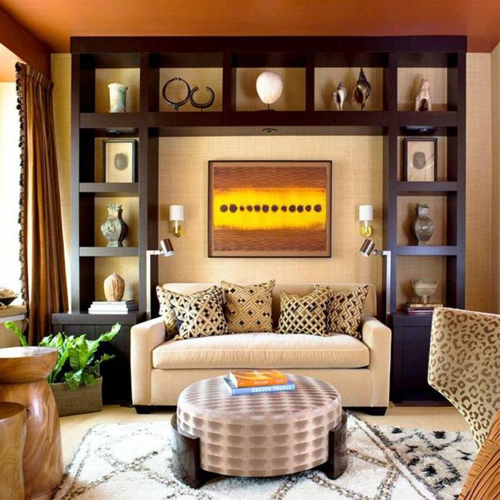 objets ethniques dans un salon éclectique, tableau abstrait, meuble wengé, petite table ronde