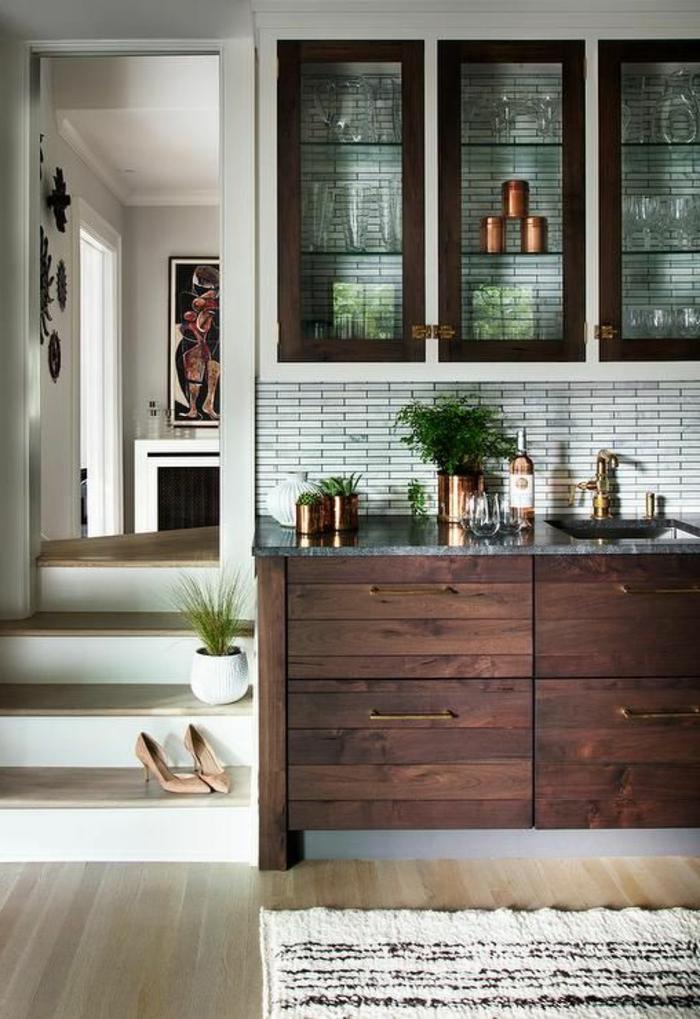 carrelage métro dans la cuisine, petit escalier, meuble wengé, buffet avec vitrine