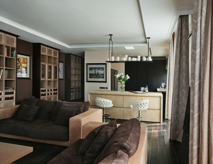 séjour en wengé et en crème, sofas confortables avec grands coussins wengé, bar de cuisine bois clair