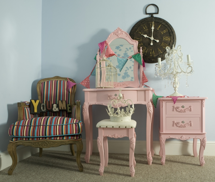 pièce en style shabby chic, grande horloge ronde en marron foncé, meubles en couleur rose pale, meuble avec miroir en style baroque, rose poudree, deco rose poudré