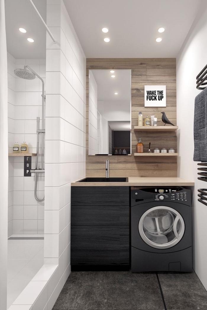 déco moderne petite salle de bains avec cabine de douche blanche et revêtement partiel en bois, modèle étagère rangement mural