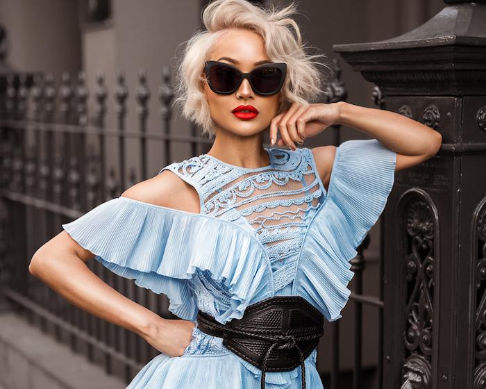 coupe carré court femme cheveux coloration blond polaire, meche sur le coté, cheveux ondulés rebelles, robe bleue originale