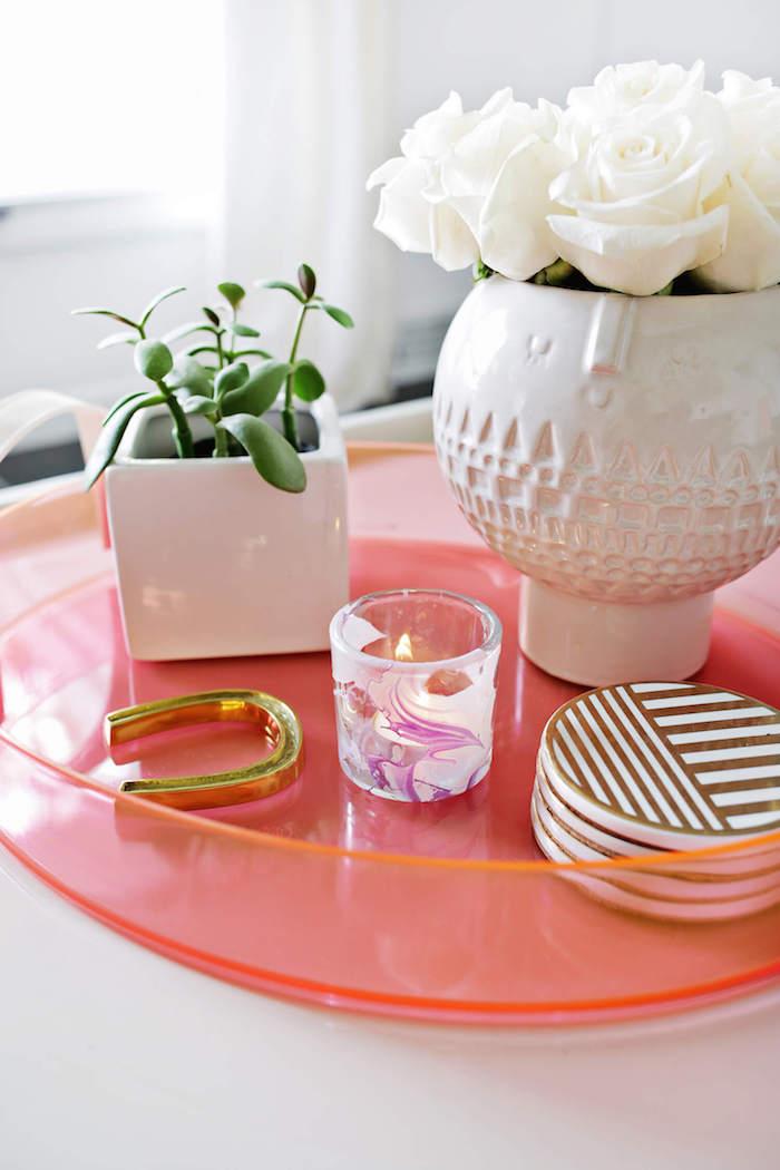 Bougie originale table de déco simple idée déco séjour déco salon cocooning idée de décoration pour le salon petit détail vase avec roses blanches