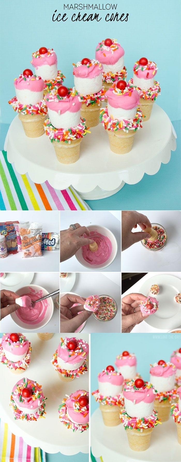 des petits cornets à la guimauve nature au glaçage de marshmallow fondu et à la décoration en sucre