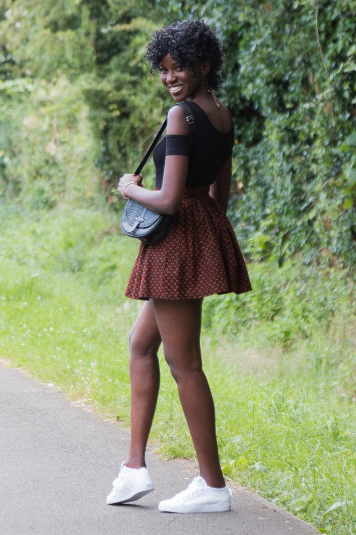 mini jupe wax imprimé simple marron style tennis woman ou patineuse avec tennis blanches