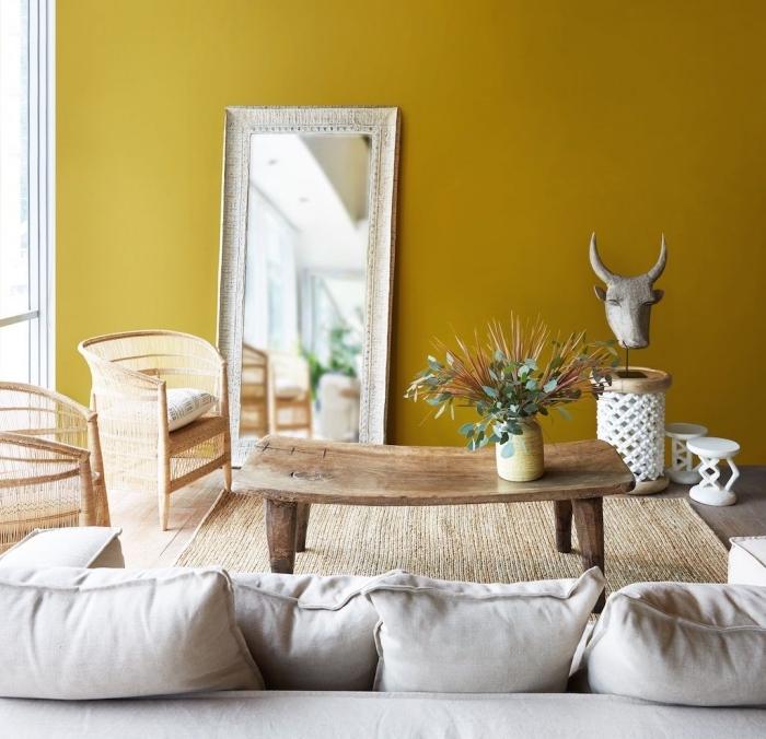 idée quelle peinture pour un salon chaleureux et clair, pièce aux murs jaune moutarde avec meubles de bois clair