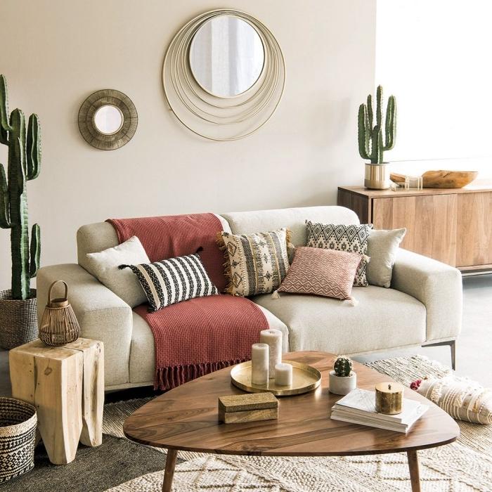 exemple de design intérieur moderne avec accents ethniques en forme de coussins et tapis, quelles plantes pour intérieur bohème
