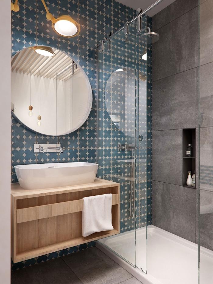 idée quelle couleur salle de bain moderne avec cabine de douche, modèle carrelage bleu combiné avec carrelage gris