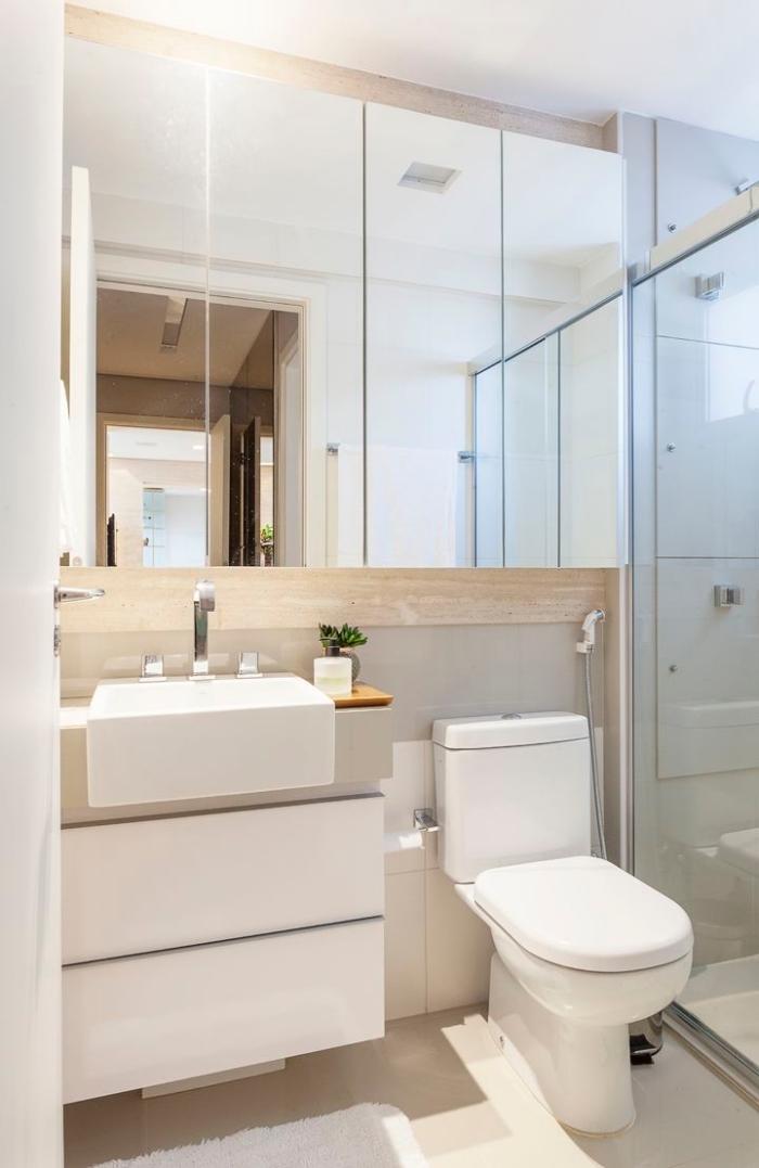 astuce comment optimiser l'espace limité avec un meuble à large miroir pour rangement accessoires de toilettes