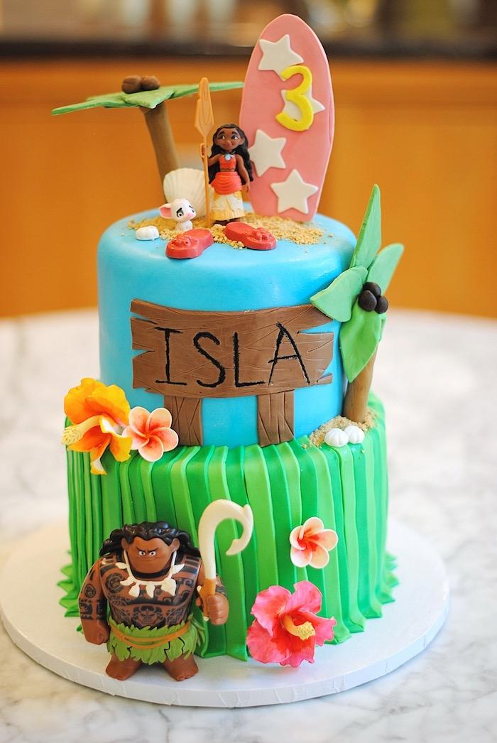 figurine vaiana gateau anniversaire sur le thème de Disney, modèle de gâteau fait maison à deux étages aux fondants vert et bleu