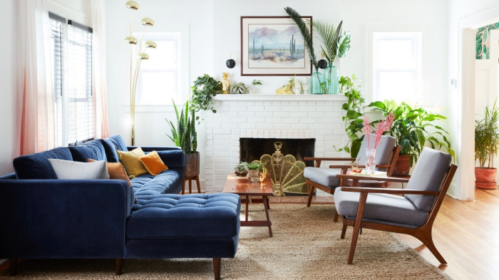salon bohème chic aux accents verts avec un joli canapé bleu et touchesmarine pour une ambiance à la fois naturelle et chic
