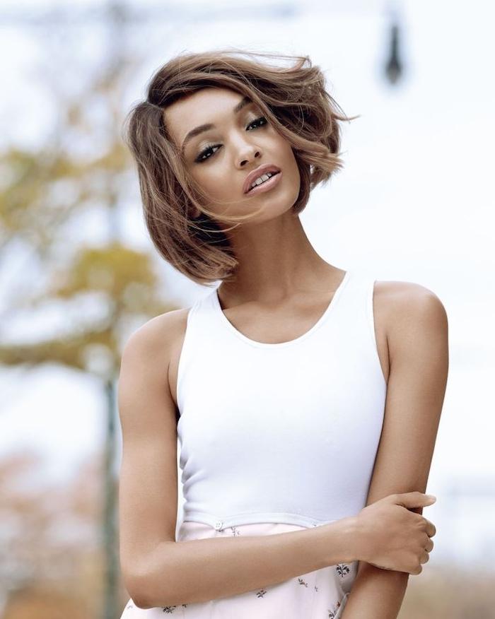 quelle coupe carré femme adopter, idée de carré flou décoiffé avec des boucles mal dessinées, coupe femme afro